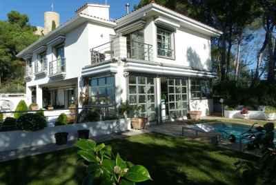 Великолепный дом с панорамными видами на море в Бланесе